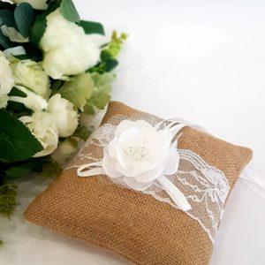 Възглавничка рустик стил с бяло сатенено цвете