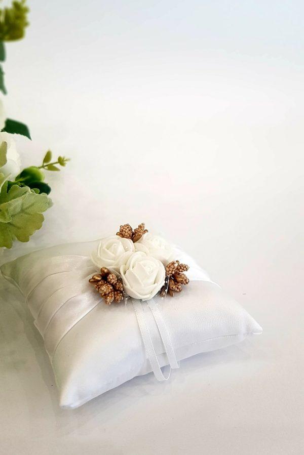 Възглавничка бяла сътенена 3 бели розички и златни тичинки