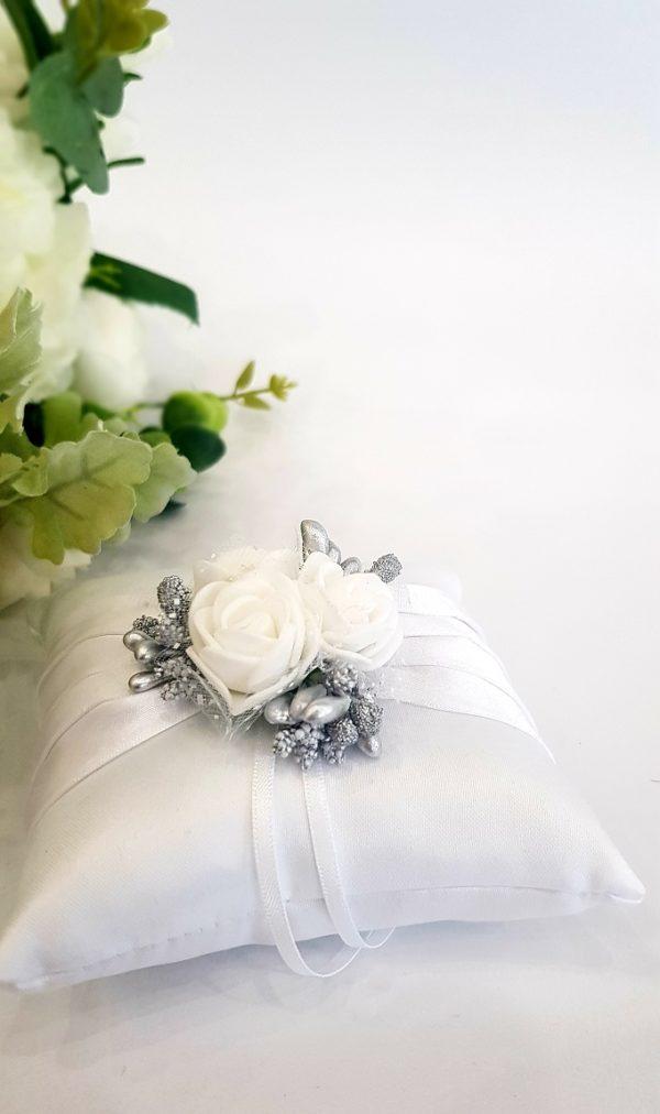 Възглавничка за халки бели розички и тичинки сребро