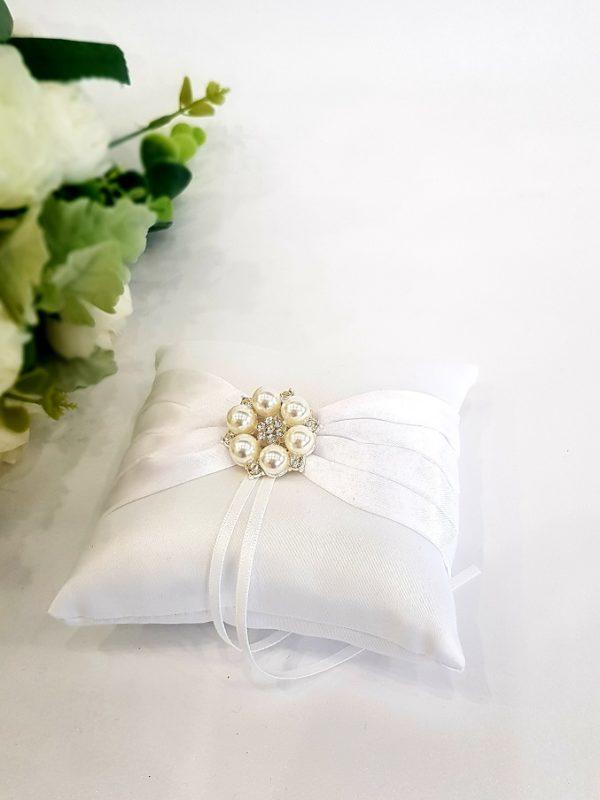 Възглавничка бяла перлена брошка в сребро