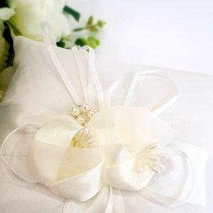 """Възглавничка бяла с перли в """"екрю"""""""